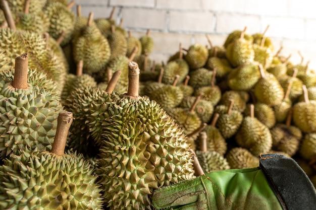 Il durian stagionale viene venduto ai commercianti per l'esportazione in cina. Foto Premium