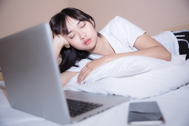 Il duro lavoro anche al mattino a letto è la chiave del successo Foto Gratuite