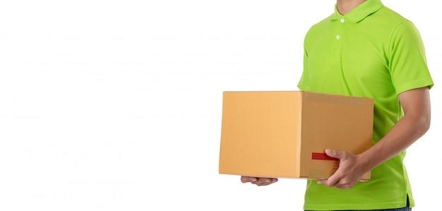 Il fattorino asiatico porta il pacco marrone o le scatole di cartone isolate su bianco Foto Premium