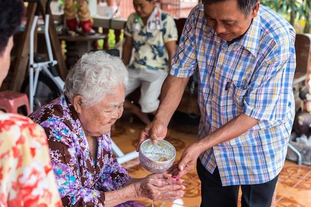 Il festival di songkran fa il bagno rispetto ai genitori Foto Premium