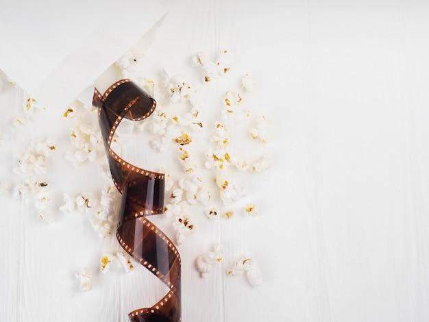 Il film nella spirale, vicino al popcorn, copia dello spazio ciak per il testo. Foto Premium