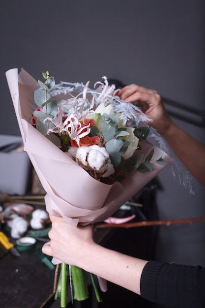 Il fiorista della donna fa un mazzo Foto Premium