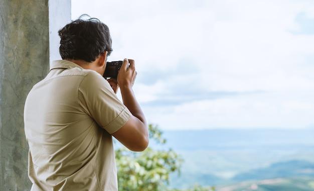 Il fotografo professionista si concentra e continua la sua passione per la fotografia Foto Premium