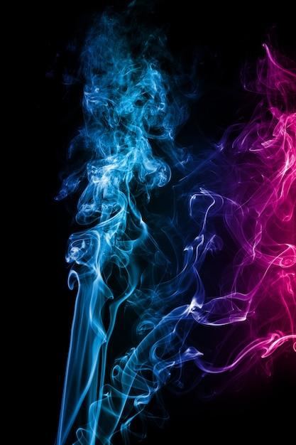 Il fumo astratto di rosa blu astratto ha attraversato il fondo nero. Foto Premium
