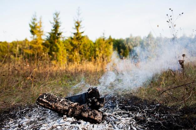 Il fuoco dell'angolo alto estingue e fuma Foto Gratuite