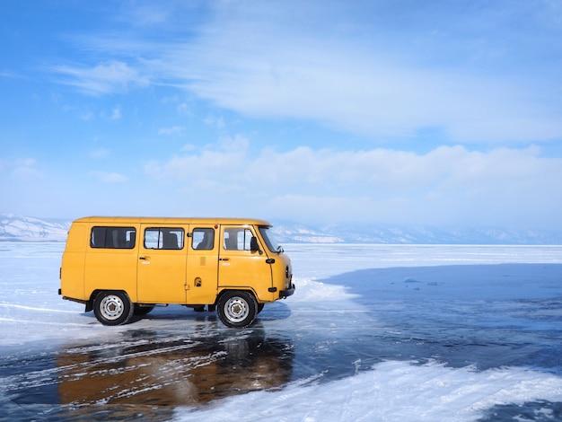 Il furgone locale porta il turista per vedere il lago baikal congelato nell'isola di olkhon, siberia, russia. Foto Premium