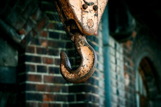 Il gancio dell'argano è appeso alle corde di ferro Foto Premium