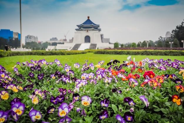 Il giardino di fiori colorati con parco memoriale in background