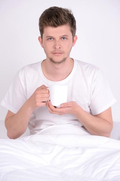 Il giovane a colazione a letto a casa. Foto Premium