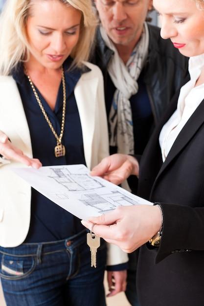 Il giovane agente immobiliare spiega l'accordo di locazione alla coppia Foto Premium