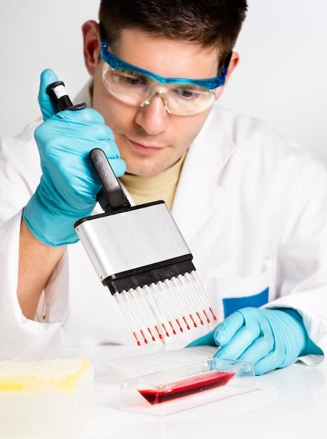 Il giovane biologo avvia la reazione di pcr Foto Premium