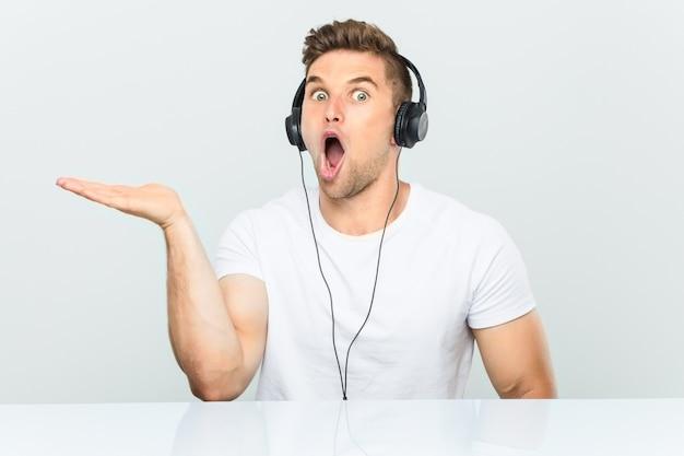 Il giovane che ascolta la musica con le cuffie ha colpito lo