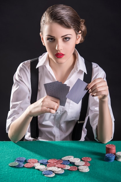 Il giovane gangster femminile gioca a poker Foto Premium
