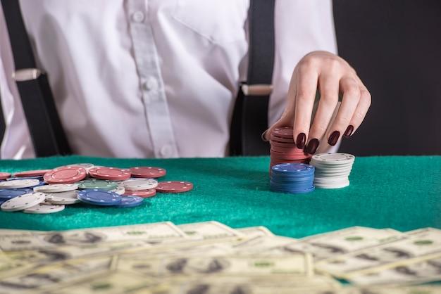 Il giovane gangster femminile gioca a poker. Foto Premium