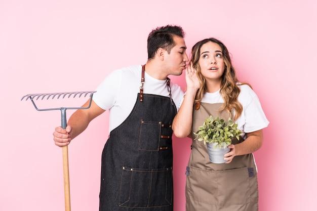 Il giovane giardiniere delle coppie ha isolato la prova di ascoltare un gossip. Foto Premium