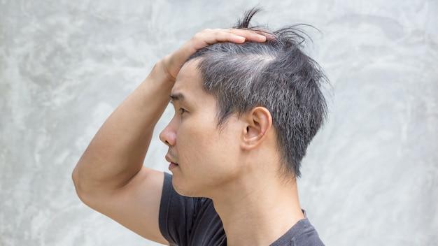 Il giovane uomo asiatico ha i capelli grigi. Foto Premium