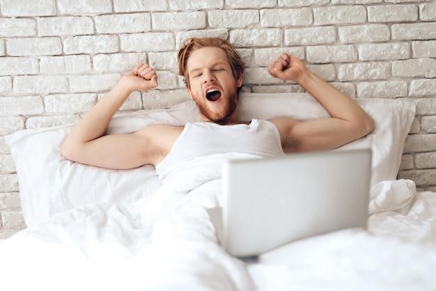 Il giovane uomo d'affari allunga a letto Foto Premium