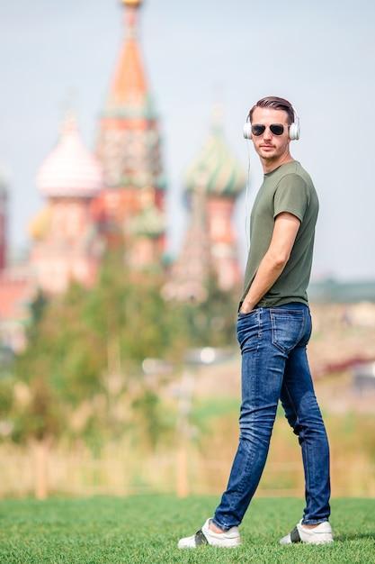 Il giovane uomo urbano felice gode della sua irruzione nella città Foto Premium