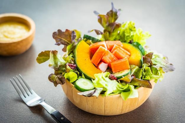 Il granchio attacca la carne con insalata di verdure fresche con salsa maionese Foto Gratuite
