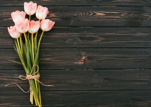 Il grande tulipano fiorisce il mazzo sulla tavola di legno Foto Gratuite
