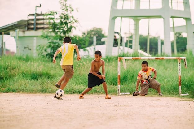 Immagini Di Calcio Per Bambini : Il gruppo dei bambini ragazzi sta giocando a calcio di calcio