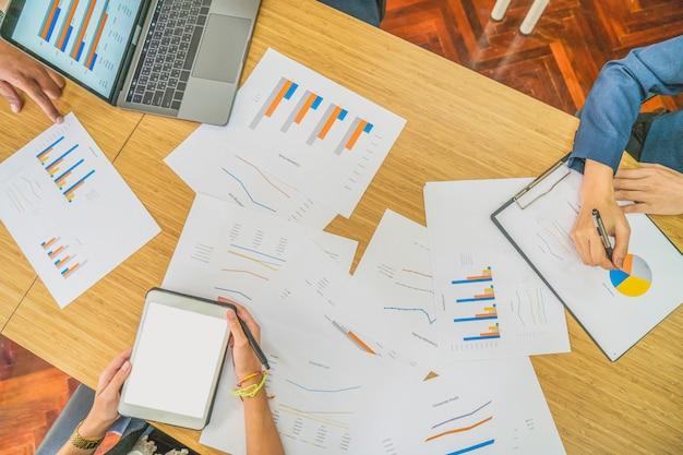 Il gruppo di affari discute e pensa insieme allo scopo e al piano del gruppo nella riunione d'affari per fissare la strategia aziendale e l'obiettivo, concetto di affari Foto Premium