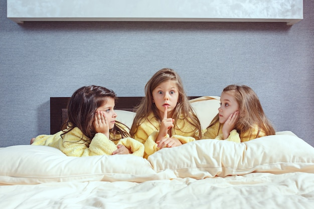 Il gruppo di amiche che si divertono a letto Foto Gratuite