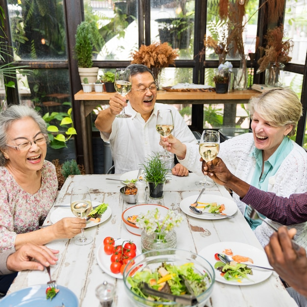 Il gruppo di pensione senior si incontra il concetto di felicità Foto Premium