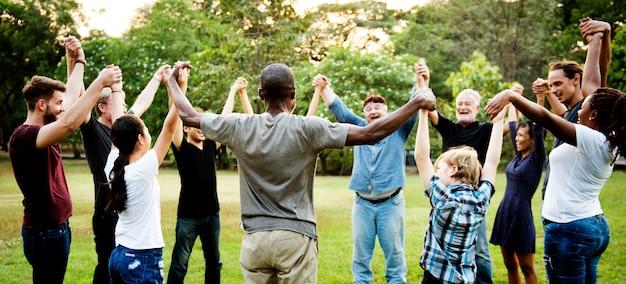Il gruppo di persone che tengono le mani sostiene l'unità della squadra Foto Premium