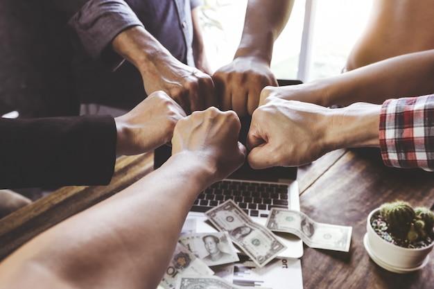 Il lavoro di squadra del gruppo unisce la mano insieme Foto Premium