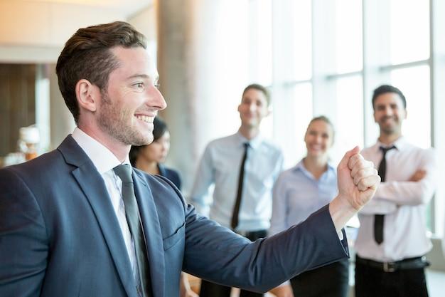 Il leader allegro che motiva il suo team di business Foto Gratuite