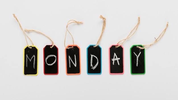 Il lunedì etichetta il messaggio sulla scrivania Foto Gratuite