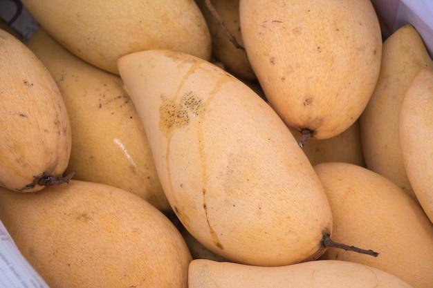 Il mango è ovunque in thailandia. manghi nel mercato. Foto Premium