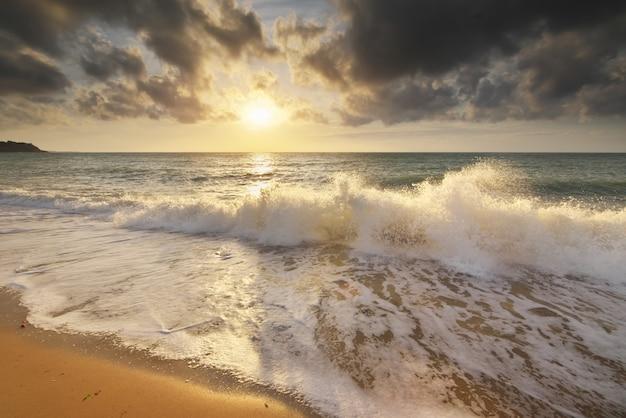 Il mare ondeggia durante la tempesta sul tramonto Foto Premium