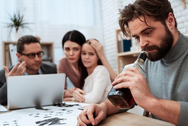 Il marito tratta l'alcolismo nell'ufficio dello psicologo Foto Premium