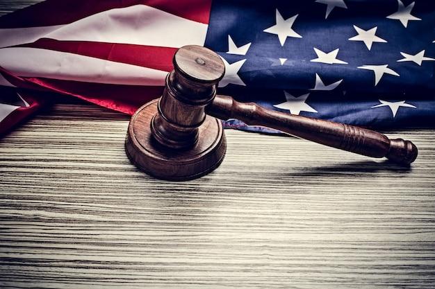 Il martelletto del giudice e con la bandiera degli stati uniti Foto Premium