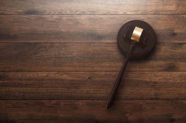 Il martelletto del giudice su fondo di legno, vista superiore Foto Premium