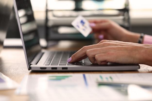 Il maschio adulto effettua la transazione online Foto Premium