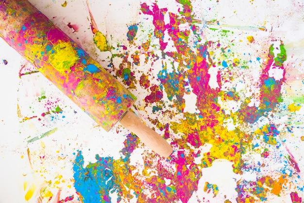 Il mattarello vicino alle sfocature di diversi colori secchi e brillanti Foto Gratuite