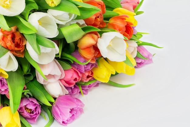 Il mazzo dei tulipani bianchi fiorisce il compleanno di celebrazione del giorno di madri Foto Premium