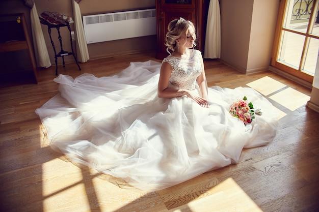 Il mazzo della sposa fiorisce lo sposo aspettante prima delle nozze Foto Premium