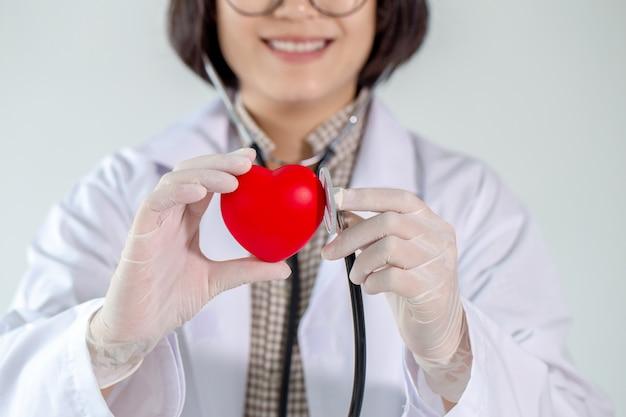 Il medico specialista in malattie cardiache ti assisterà con un sorriso. Foto Premium