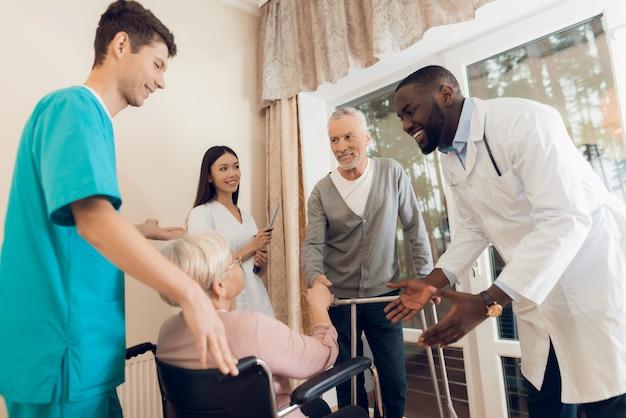 Il medico sta parlando con una donna anziana in una casa di riposo. Foto Premium