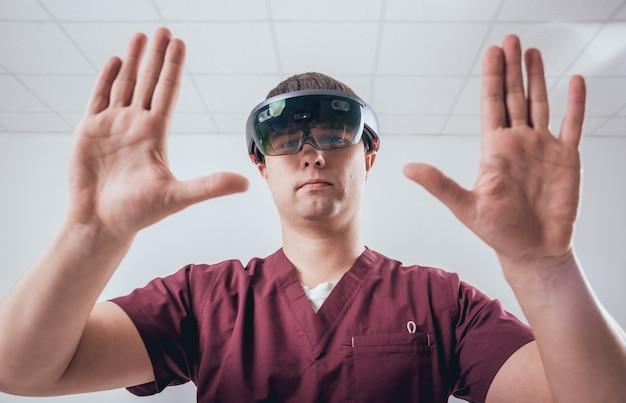 Il medico usa occhiali per realtà aumentata. Foto Premium