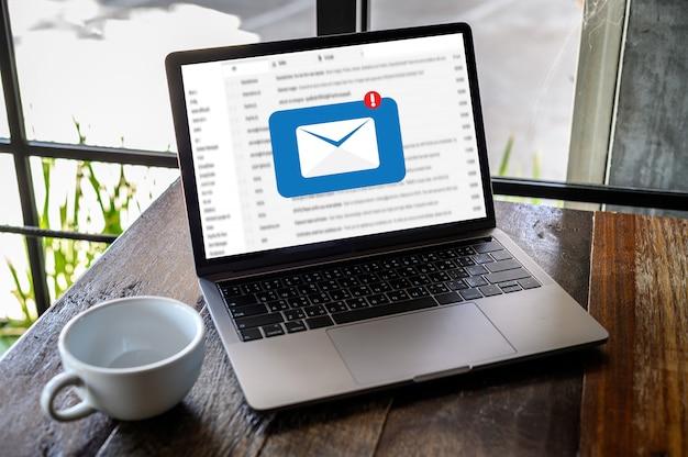 Il messaggio del collegamento di comunicazione della posta a contatti postali telefona il concetto globale delle lettere Foto Premium
