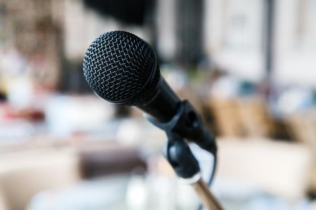 Il microfono di ferro nero del primo piano sta sul palco. Foto Premium