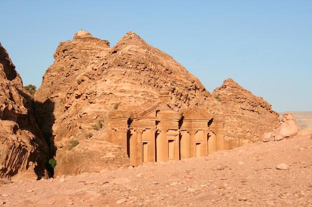 Il ministero del tesoro nell'antica città giordana di petra, in giordania. Foto Premium