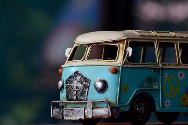 Il modello di furgone è antiquariato, un giocattolo, in precedenza un bambino Foto Premium