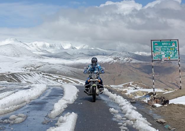 Il motociclista sulla cima del tanglang la pass è la seconda strada motorizzabile più alta del mondo Foto Premium