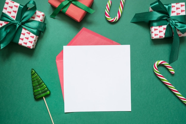 Il natale svuota la lettera in bianco a santa con i contenitori di regalo Foto Premium